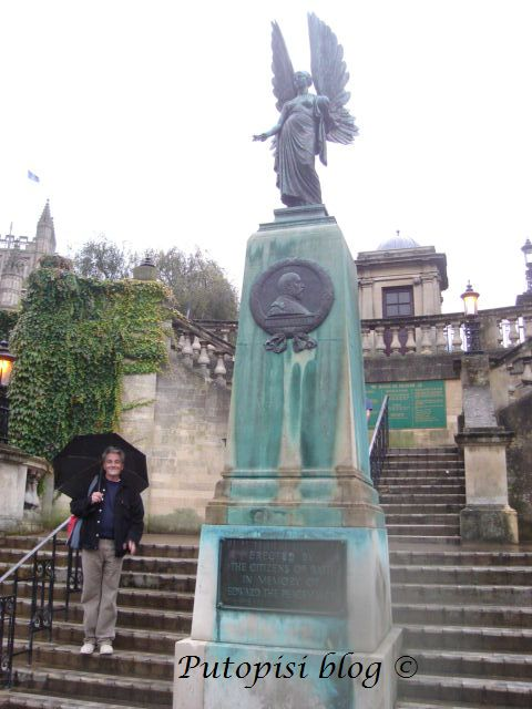 Statue - In Memory of Edward the Peacemaker