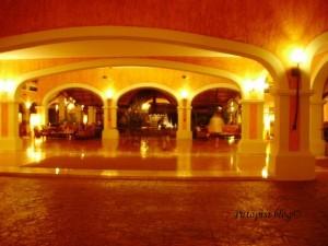 hotelski lobby noću
