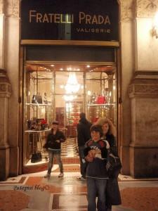 Philip s mamom ispred Prada.jpg