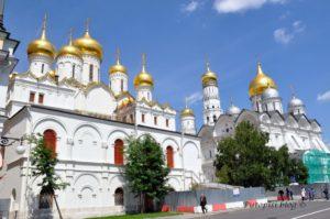 zlatne-kupole-na-moskovskoj-crkvi