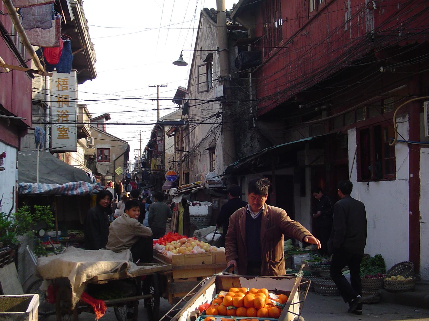 Ulični trgovci svakodnevno se probijaju kroz horde turista