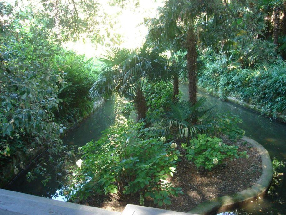 Bujna vegetacija oko dvorca
