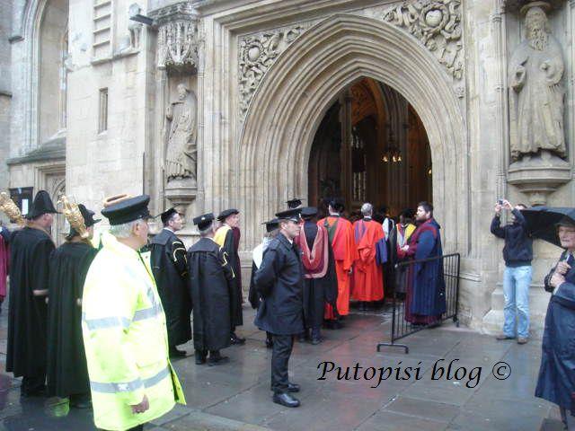 Čekaju na ulazak u Katedralu