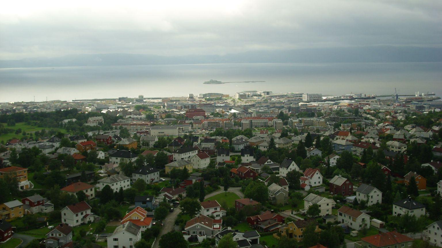 U daljini fjord sa otočićem