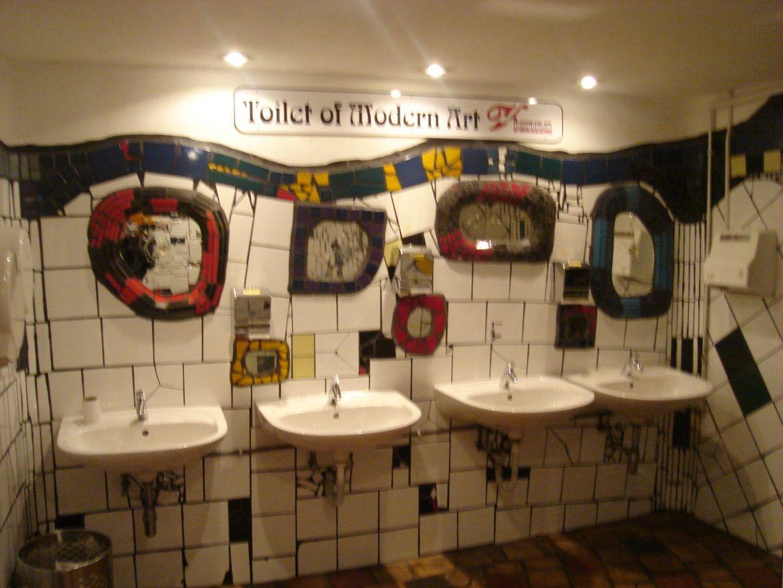 BEČ - toalet u Hundertwasser stilu