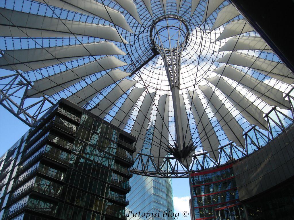 BERLIN - kupola nad Sony centrom
