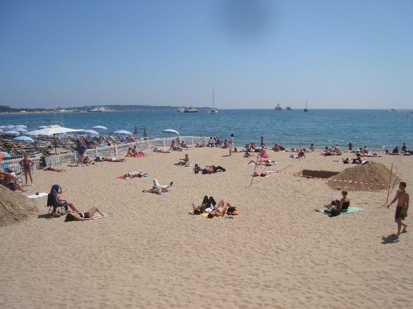 Pješčana plaža u Cannesu