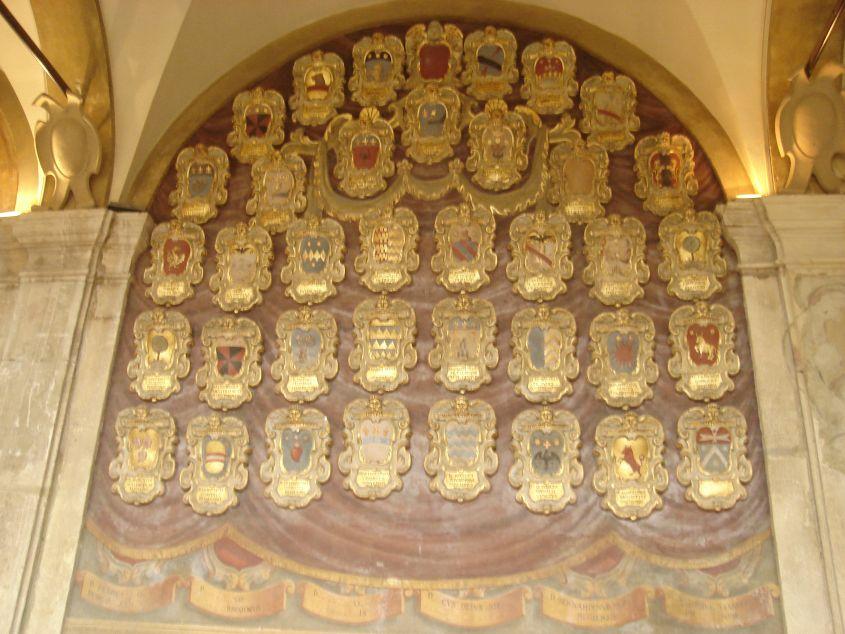 Brojni grbovi po zidovima