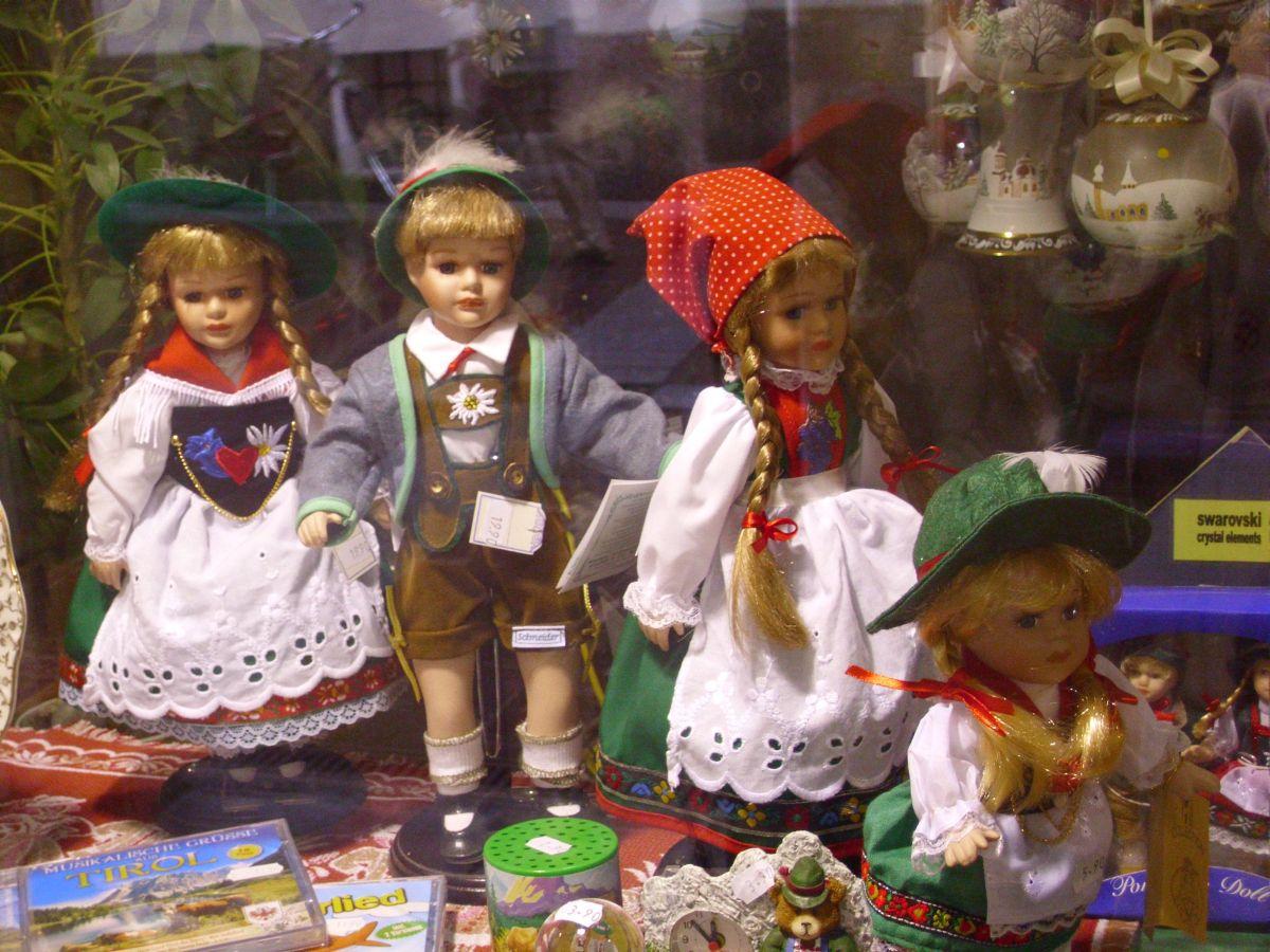 Lutke u narodnoj nošnji