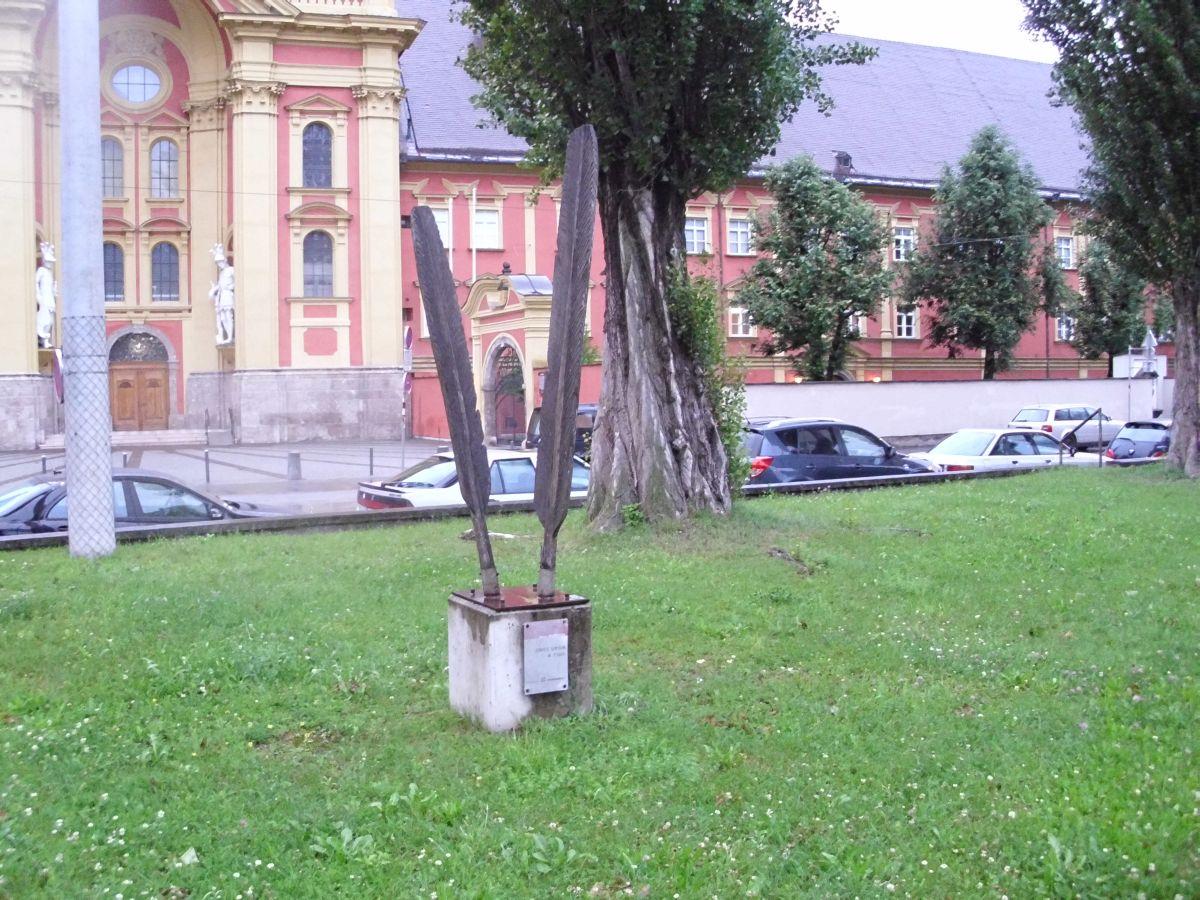 Skulptura pred samostanom 2