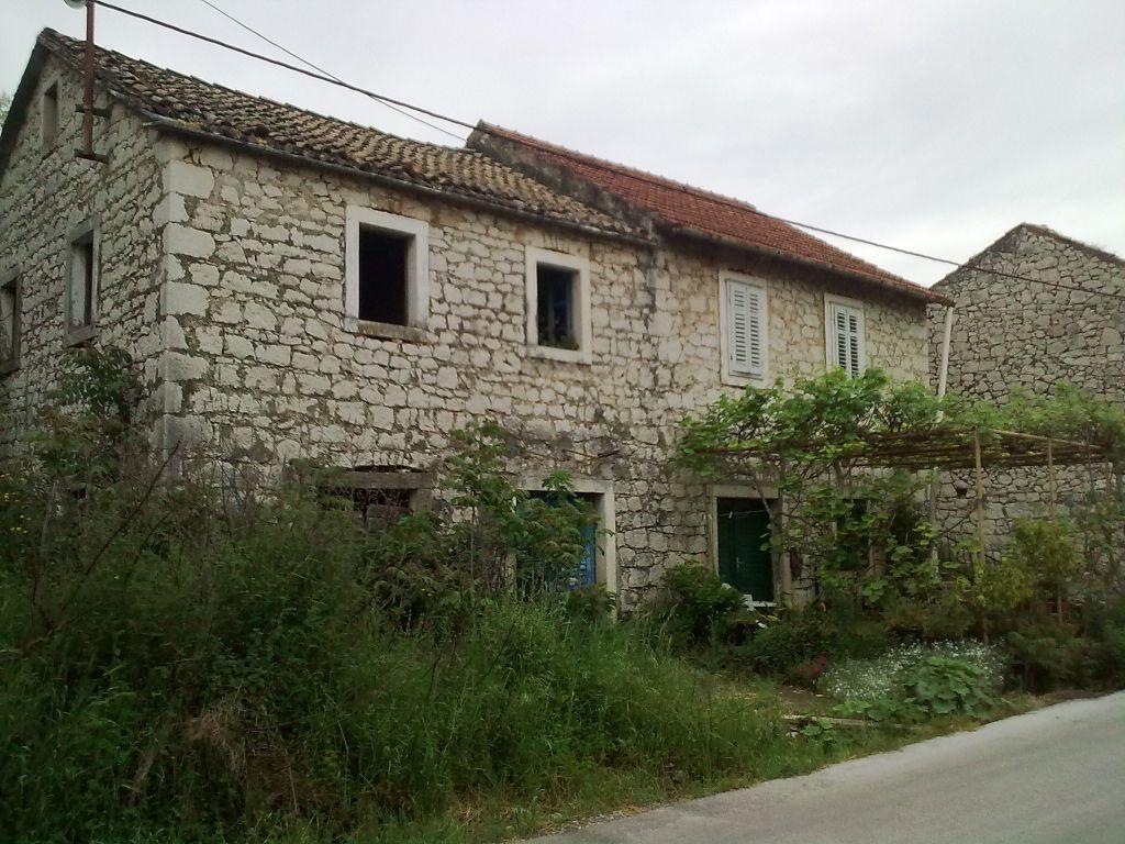 Stare kamene kuće u Momićima