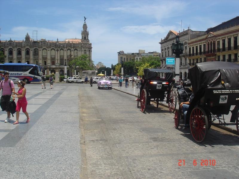Glavna ulica starog grada i zgrada teatra u pozadini