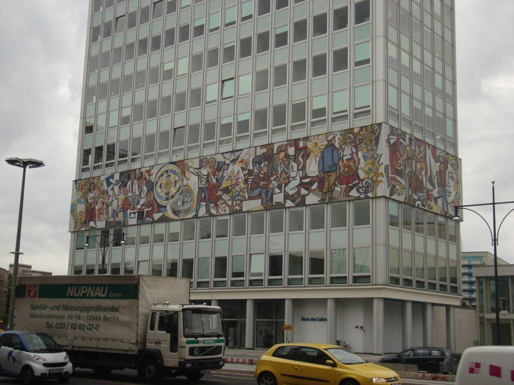 Mural na bezličnoj fasadi