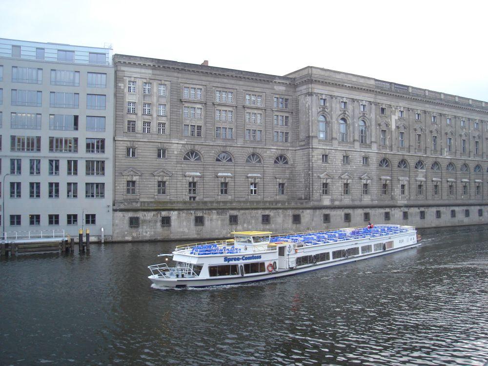 Rijekom Spree ispred Nacionalne knjižnice