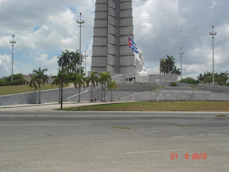 Spomenik na trgu revolucije 2
