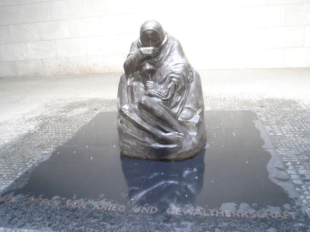 Spomenik žrtvama fašizma u galeriji Neue Wache