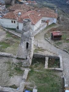 Ostaci ispred mauzoleja