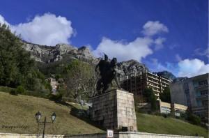 Spomenik Skenderbegu na ulazu - Kruje