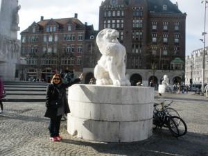 Lavica i lav na Dam trgu