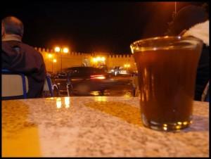 U kafiću ispred hotela