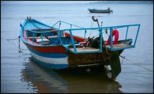 Morem plove stare, drvene ribarske barke