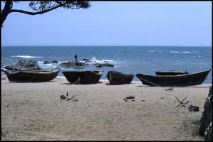 Barčice usidrene na pješčanoj plaži