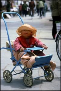 dijete ima mrežicu ispod klobuka..