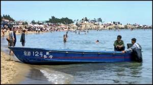 ....taxi gliser koji kruži u blizini ispred plaže uz jaku buku motora