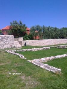 Grob pored crkve - Nin