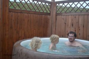 Odmor nakon šetnje Baš nas briga što pada kiša (na Islandu se Jacuzzi puni prirodno toplom vodom:)