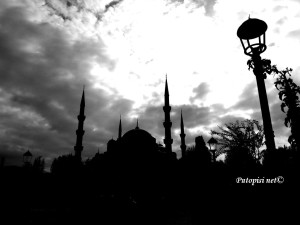 Plava džamija u crno-bijeloj tehnici