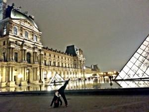 Lagano poziranje ispred Louvrea u nešto manje ugodnom položaju
