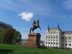 Konj ispred zgrade parlamenta