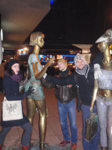 Jedan od mnogobrojnih kipova bez značenja (na slici Marina, Aldo i Frane)