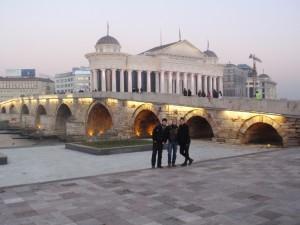 Frane, Aldo i ja ispred kamenog mosta na Vardaru