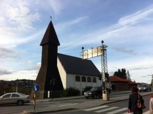 Jedna od mnogobrojnih crkvi u Narviku s pijetlom na zvoniku