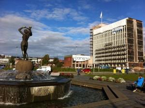 Centar grada i kip 'Liv opp av kaos'