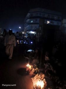 Ulični prodavači se snalaze kako znaju pa noću improviziraju lampe kako bi prolaznici u nedostatku javne rasvjete ipak vidjeli njihovu ponudu