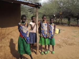 Tri djevojčice u tradicionalnim nošnjama i kći pastora Josepha u modernoj odjeći