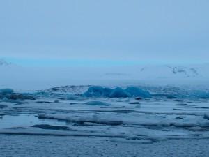 Tuljani i patke plivaju među komadima leda u glečerskoj laguni Jökulsárlón
