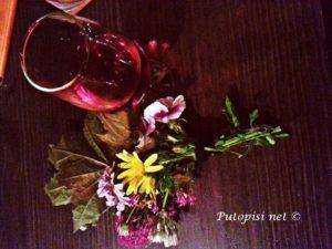 Čaša porta rose i cvijeće iz parka