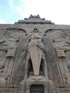 Germanski gorostas na ulazu u spomenik Bitki naroda