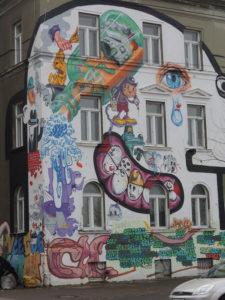 Sive i ružne zgrade često su oživljene prekrasnim i često društveno angažiranim muralima