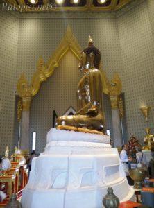 Zlatni Buda meditira