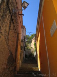 Putopis Burnum: Strma ulica