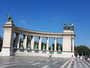 Jedna od kolonada na Trgu heroja